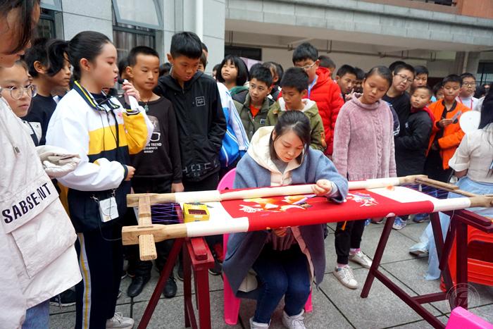 我校桃源刺繡課題組開展到教仁中學的送課活動